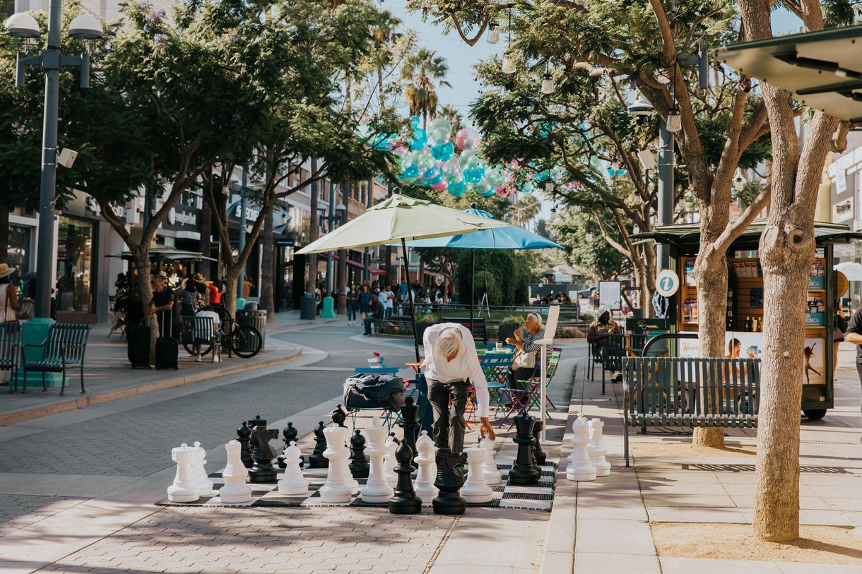 Aside from shopping, this pedestrian zone also offers several games and outdoor seating areas for soaking up the scenery.