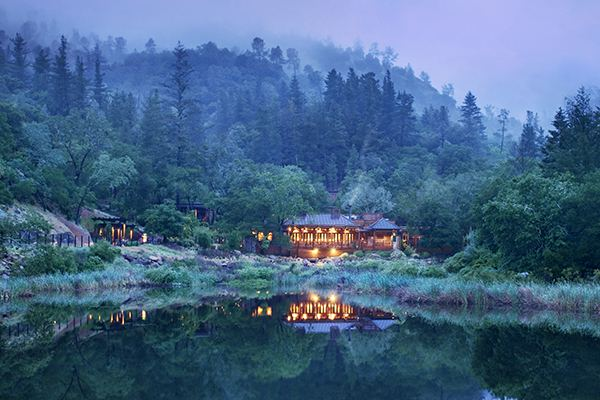 Have dinner at the enchanting Lakehouse restaurant.